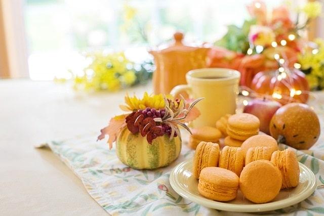 עוגיות ותה בטקס תה אחרי הצהריים בלונדון