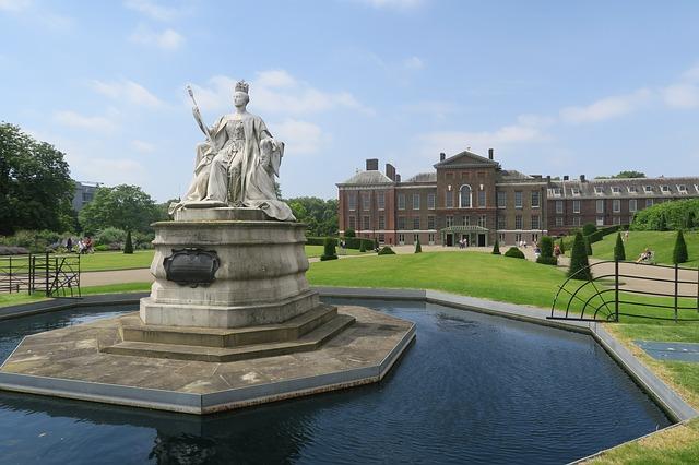 פסלה של המלכה ויקטוריה בגני ארמון קנזינגטון