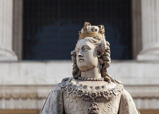 פסלה של המלכה אן המוצב בקתדרלת סנט פול