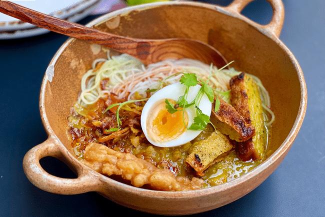 מוהינגה – נזיד של דג שפמנון, למון גראס, לביבות דגים ושאר ירקות