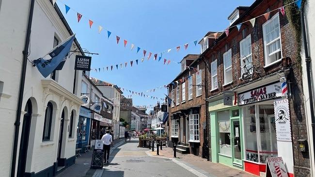אווירה של עיירת חוף בריטית כפרית, אבל גם קצת ים-תיכונית. Poole