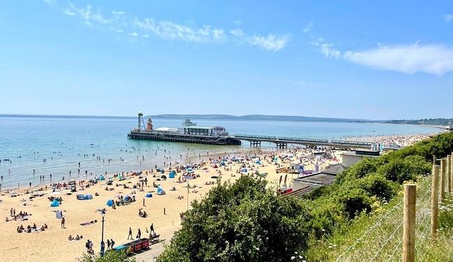 ברוכים הבאים לריביירה הבריטית, שעתיים ורבע מלונדון: חוף בורנמות׳