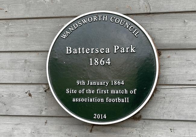 השלט שמציין את המיקום של משחק הכדורגל הראשון של ההתאחדות האנגלית, 1864