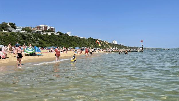 ליהנות עוד קצת מחוף הים הנהדר של בורנמות׳ וממי האוקיינוס הקרירים